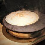 Tortillat tehdään paikanpäällä itse. Tässä se lämpölevyllä prässäämisen jälkeen.